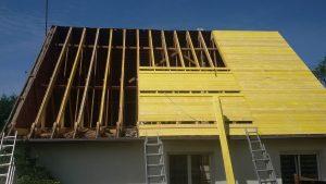 installation de la nouvelle charpente sur une maison lemoux dans une maison du finistère