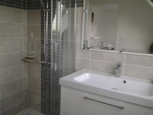 réalisation d'une salle de bain avec simple vasque et douche