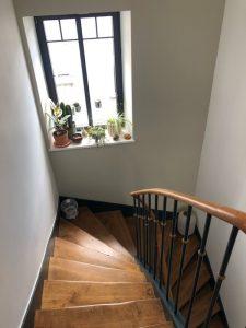 belle escalier ancien rénové dans une maison de ville à brest