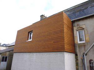 extension de bois surélevé sur une vieille maison