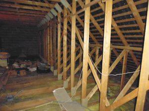 charpente en W en bois d'une maison Phénix bretonne