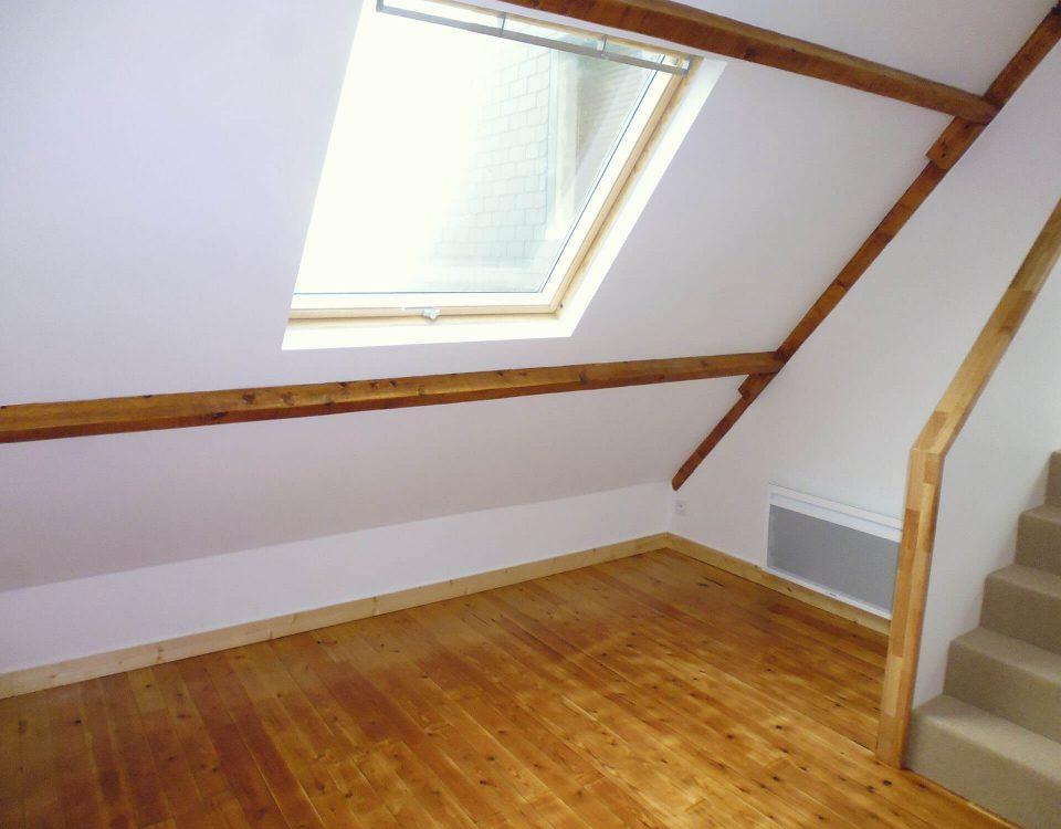 aménagement sous les combles d'une pièce avec charpente apparente dans une maison à guipavas