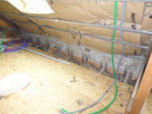 renforcement du plancher des combles avec le mur de la maison