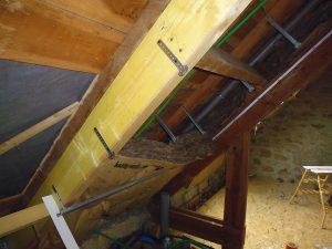 renforcement et rénovation des combles avec la pose d'une nouvelle poutre de comble d'une maison en finistère