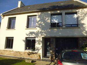 fenêtres modernes sous le soleil pour une maison sur la côté finistère