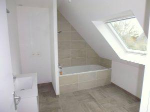 aménagement des combles avec une salle de bain et baignoire dans une maison de fouesnan