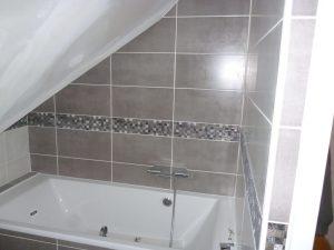 aménagement des combles avec une salle de bain et baignoire dans une maison de pencran