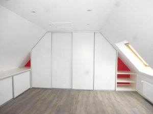 réalisation d'un dressing sûr-mesure sous les combles d'une maison de quimper après les traveaux
