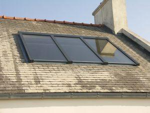 fenêtre batante sour les combles d'un toit de maison à brest