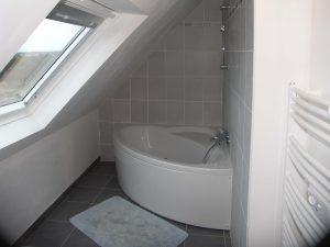 une baignoire d'angle sous les combles d'une maison de plouneour