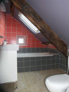 salle de bain sous les combles avec poutre apparente