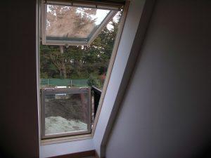 fenêtre avec mini balcon sous les combles de maison