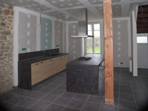 milieu de chantier dans l'aménagement d'une cuisine avec ilot central