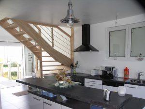 cuisine ouverte dans une maison à plougerneau