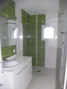 salle de bain avec une douche à l'italienne dans une maison du relecq-kerhuon