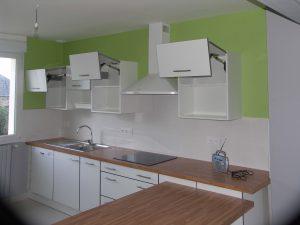 cuisine avec de nombreux rangement dans une maison de plouedern