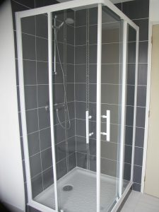 une cabine de douche moderne dans une maison du relecq-kerhuon