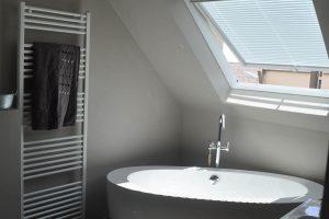 salle de bain moderne avec baignoire ovale sous la pente